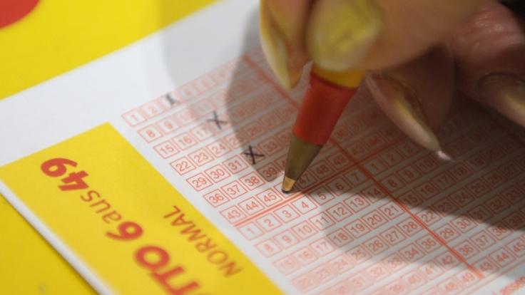 Informationen zu den aktuellen Lottozahlen im Lotto am Samstag, Ziehung der Lotto-Gewinnzahlen bei 6 aus 49, Spiel 77 und Super 6.
