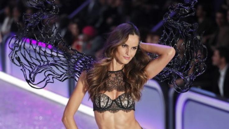 Supermodel Izabel Goulart schwebt für