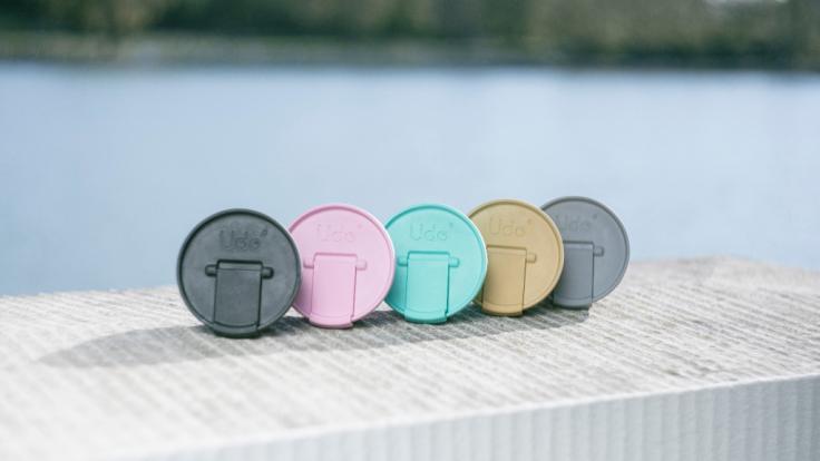 Der Udo-Mehrwegdeckel ist in vielen schönen Farben erhältlich (Foto)