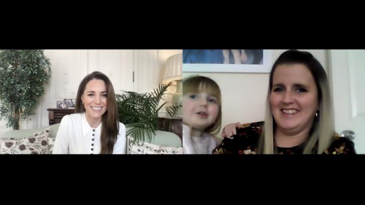 Kate Middleton im Gespräch mit Vicky Jones und Tochter Isla, während ihres Videoanrufs bei Little Village, eine Londoner Wohltätigkeitsorganisation, die Kinder sozial schwacher Familien mit Kleidung, Spielzeug und Babysachen unterstützt.