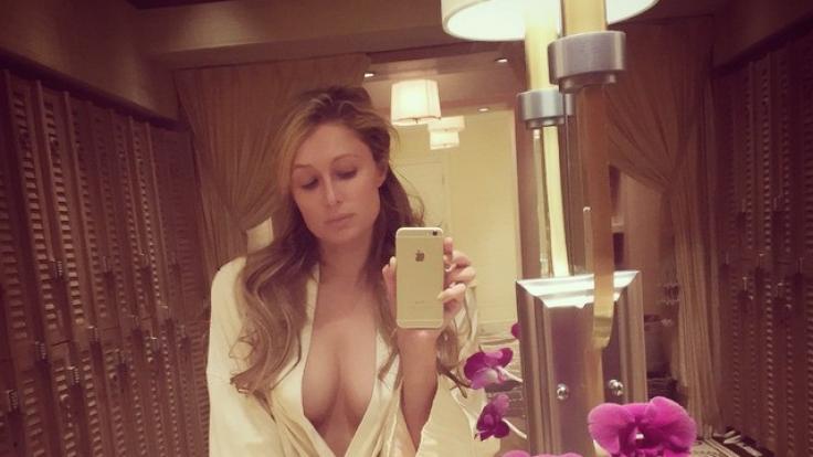 Bevor sie es sich im Spa gut gehen ließ, schickte Paris Hilton ihren Fans diesen (fast) nackten Gruß. (Foto)