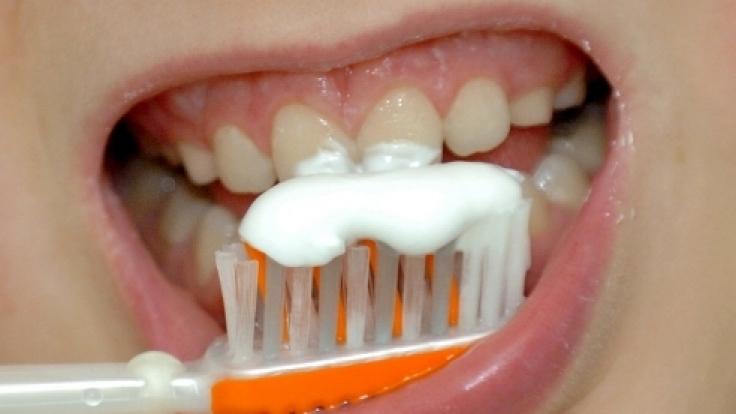 Zähne putzen ist das beste Mittel gegen Mundgeruch. Er kann aber auch auf schwere Erkrankungen hinweisen.