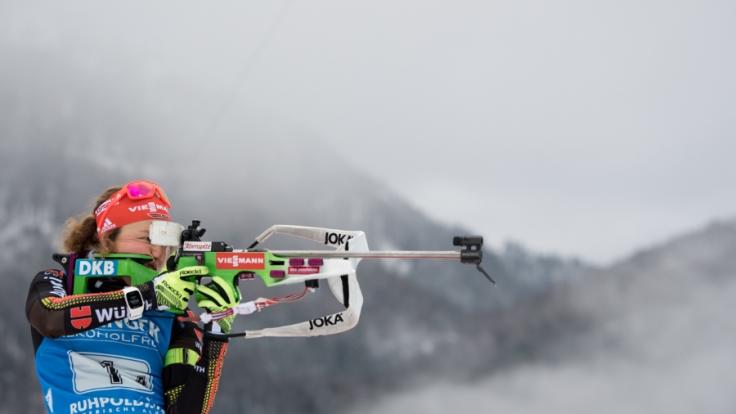 Laura Dahlmeier beim Biathlon-Weltcup in der Chiemgau Arena in Ruhpolding vor dem Start der 4 x 6 km Staffel der Damen beim Anschießen am Schießstand. Deutschland gewann vor Frankreich und Norwegen.