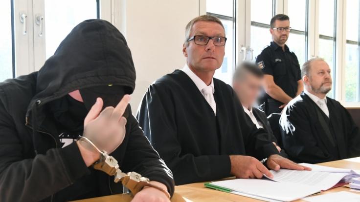 Für den Mord an der schwangeren Maria K. auf Usedom sind die Täter zu langen Haftstrafen und einer Unterbringung in der Psychiatrie verurteilt worden.