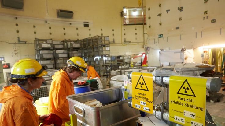 Schilder weisen am 08.03.2017 im Reaktorgebäude des Kernkraftwerks Mülheim-Kärlich auf radioaktive Strahlung hin. (dpa) (Foto)