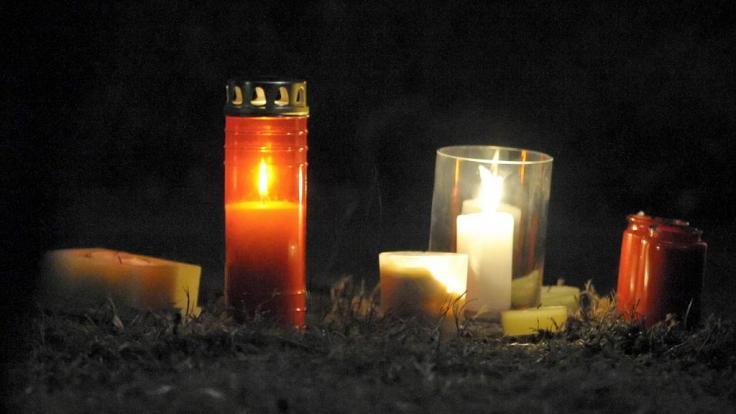 Kerzen an der Stelle, wo sich ein Mensch das Leben nahm. (Foto)