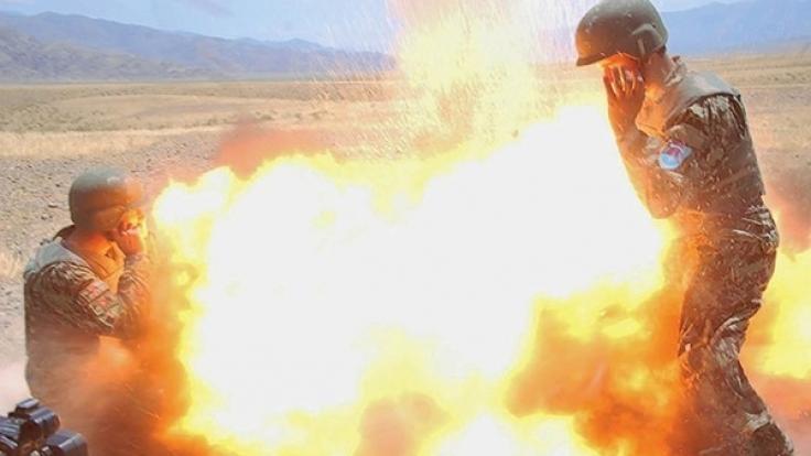 Die Explosion aus der Perspektive des afghanischen Fotografen. Unten links ist Claytons Kamera zu sehen.