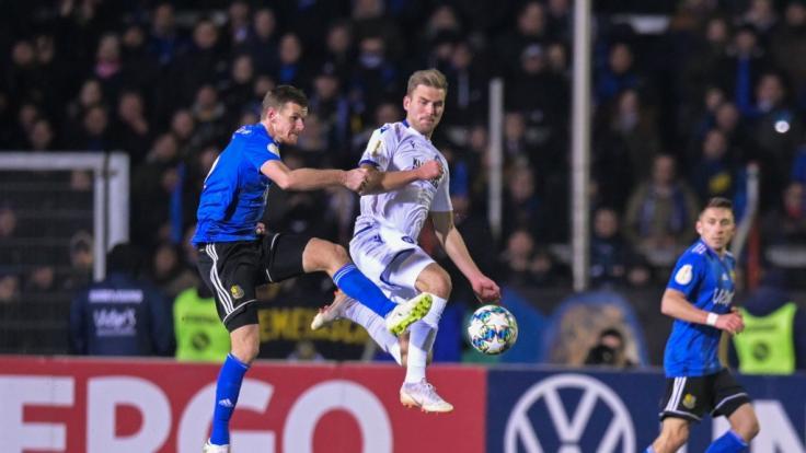 Saarbrückens Manuel Zeitz (l) und der Karlsruher Lukas Grozurek kämpfen um den Ball.