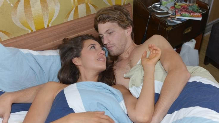 GZSZ-Vorschau: Dominik will Elena überraschen. Doch die Nacht wird heißer als gedacht. (Foto)