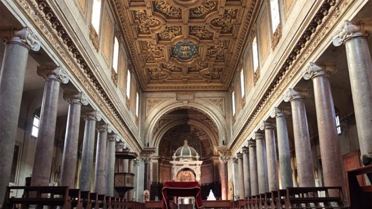 In zahlreiche italienischen Kirchen wie der hier gezeigten Kirche San Crisogono in Rom können Besucher den morbiden Charme von Reliquien bestaunen.