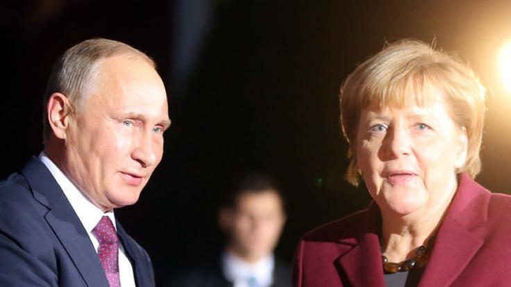 Bundeskanzlerin Angela Merkel begrüßt am 19. Oktober in Berlin den russischen Staatspräsidenten Wladimir Putin zum Ukraine-Gipfel vor dem Bundeskanzleramt.