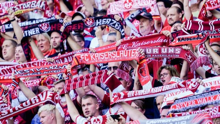 Die Fans des 1. FC Kaiserslautern jubeln ihrer Mannschaft zu. (Symbolbild)