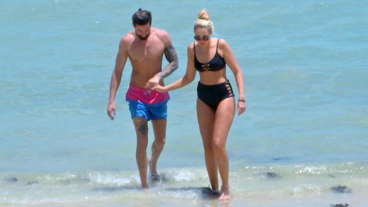"""Sebastian Fobe, der in der zweiten Folge """"Bachelor in Paradise"""" neu dazu kommt, und Caro am Strand. (Foto)"""