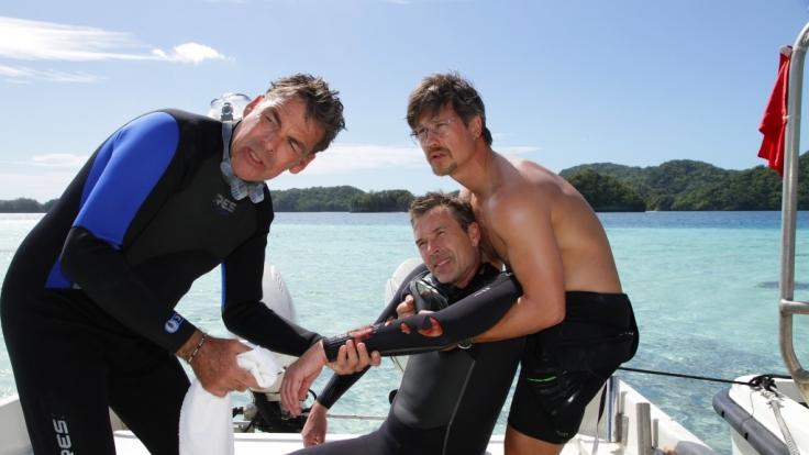 Dirk (Dirk Steffens, Mitte) überlebt nur knapp einen harmlosen Tauchgang. (Foto)