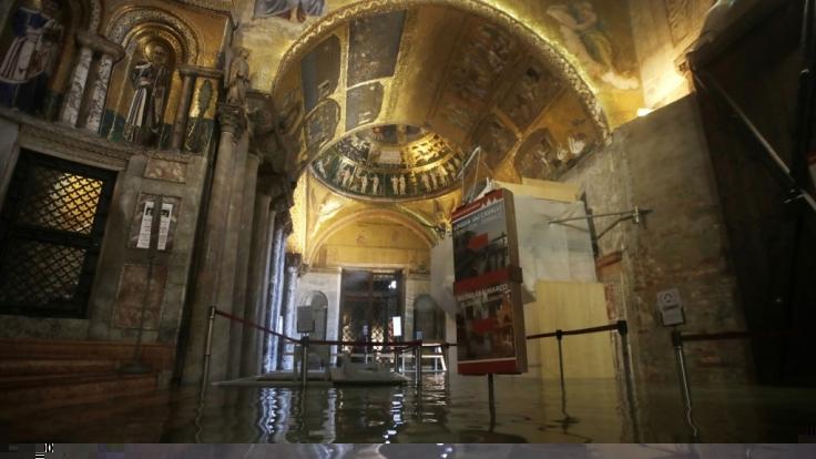 Der Eingangsbereich zum Markusdom ist durch das Rekord-Hochwasser in Venedig überflutet. (Foto)