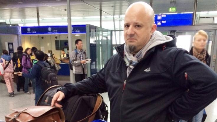 Detlefs Laune ist auf dem Tiefpunkt: In Reykjavik soll er ohne sein Gepäck auskommen.