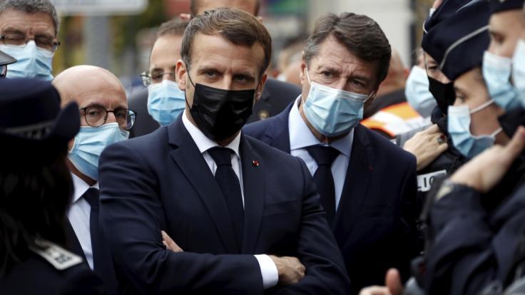 Emmanuel Macron (M, link), Präsident von Frankreich, und Christian Estrosi (M, rechts), Bürgermeister von Nizza, treffen nach einer Messerattacke in der Kirche Notre-Dame in der südfranzösischen Küstenstadt Nizza Polizeibeamte. (Foto)