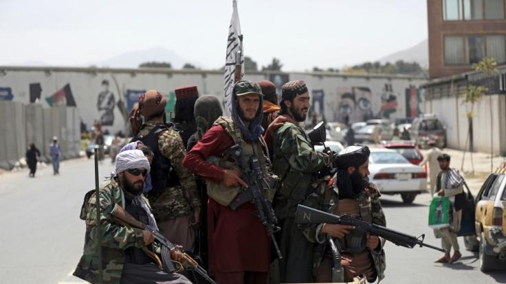 Schwer bewaffnete Taliban-Kämpfer patrouillieren nach ihrer Machtübernahme durch Kabul. (Foto)