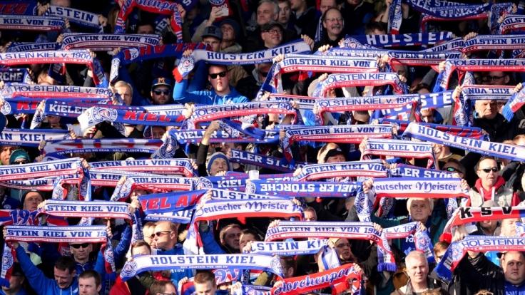 Mit den Schals zeigen die Fans von Holstein Kiel, zu welcher Mannschaft sie stehen. (Symbolbild) (Foto)