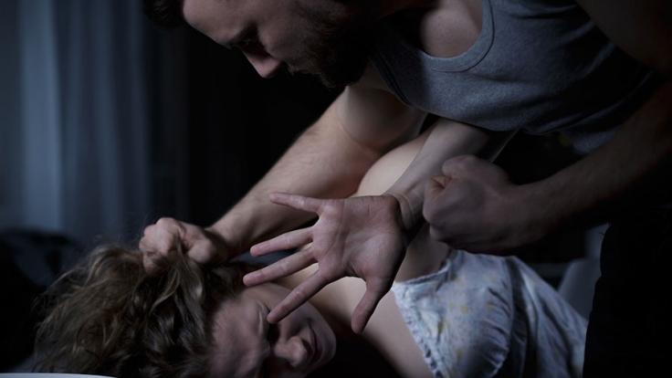 In den USA soll ein Mann seine eigene Mutter vergewaltigt haben (Symbolbild). (Foto)