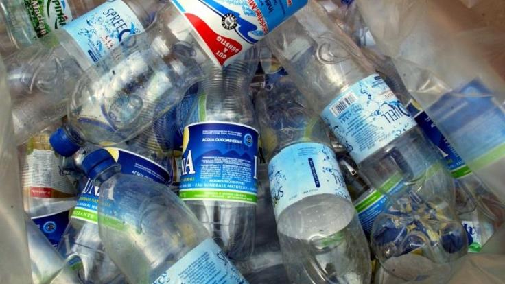 Händler, die PET-Einwegflaschen verkaufen, müssen für alle gekennzeichneten Flaschen einen Pfand auszahlen - auch wenn sie aus einem anderen Geschäft stammen. (Foto)