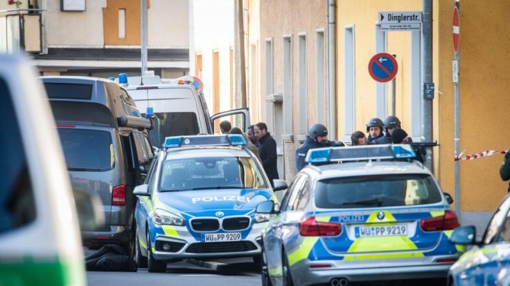 Bayern, Aschaffenburg: Polizisten stehen am Rand eines Gebäudes, in dem sich ein bewaffneter Mann verschanzt hat.