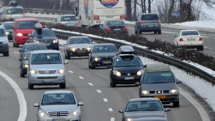Starker Reiseverkehr in die Alpen wird auch an diesem Wochenende die Straßen füllen.