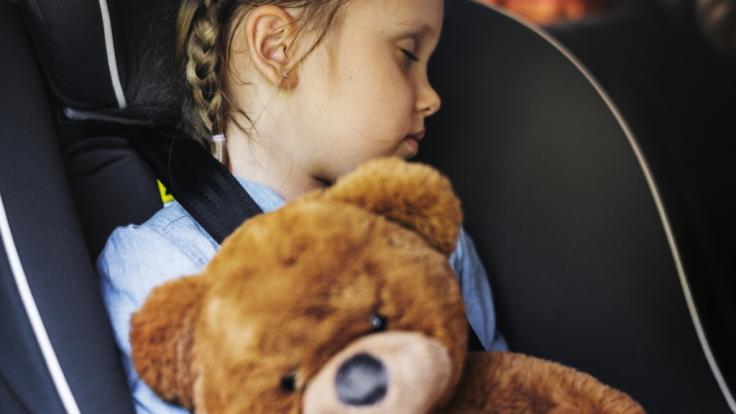 In den USA ist ein Mädchen beim Nickerchen in einem Autokindersitz erstickt. (Foto)
