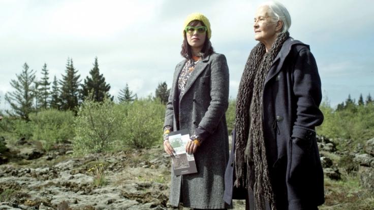 Solveig Karlsdóttir (Franka Potente) begibt sich mit Margrét (Hildegard Schmahl) in die Welt der Elfen. (Foto)