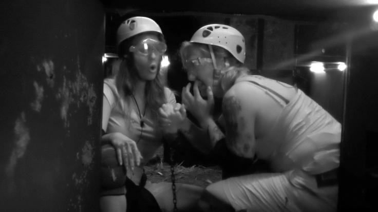 Elena Miras und Danni Büchner müssen sich in absoluter Dunkelheit durch die Dschungelprüfung kämpfen. (Foto)