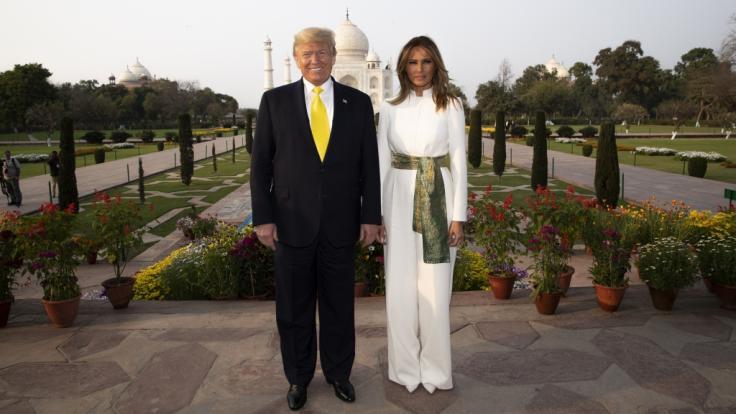 Donald Trump und seine Frau Melania Trump stehen für ein Foto vor dem Taj Mahal. US-Präsident Trump ist zu einem zweitägigen Staatsbesuch in Indien eingetroffen.