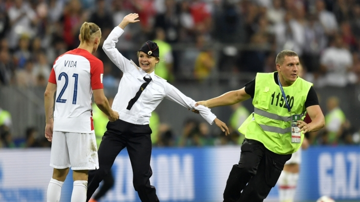 Die russische Polit-Punk-Gruppe Pussy Riot hat eine spektakuläre Protestaktion mit vier Flitzern beim Finale der Fußball-Weltmeisterschaft für sich reklamiert.