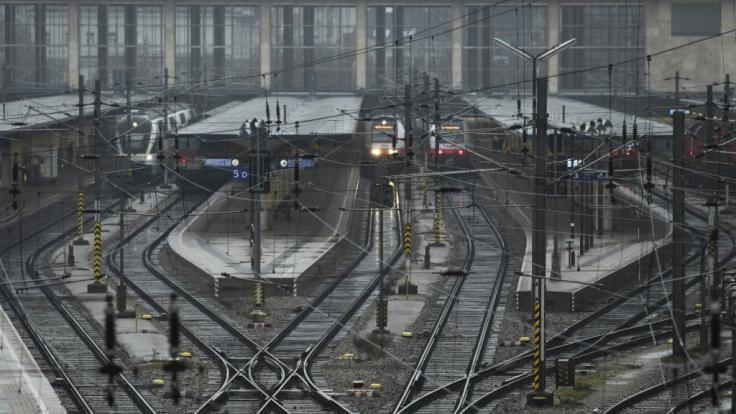 Zum Wochenbeginn werden auf deutschen Bahnhöfen diverse Züge stillstehen.