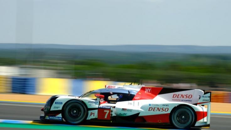 Beim Training zu den 24h von Le Mans auf dem Circuit des 24 Heures in Le Mans zieht Kazuki Nakajima aus Japan vom Toyota Racing Team seine Runden auf der Rennstrecke. (Foto)