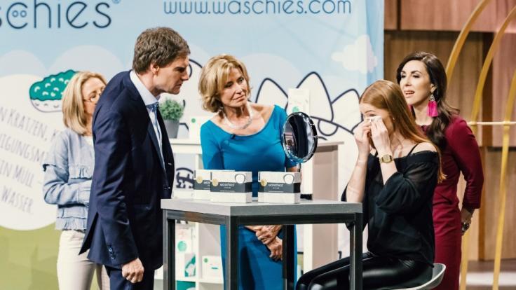 Carsten Maschmeyer, Dagmar Wöhrl und Judith Williams (von links) schauen sich die Waschies in Aktion an.