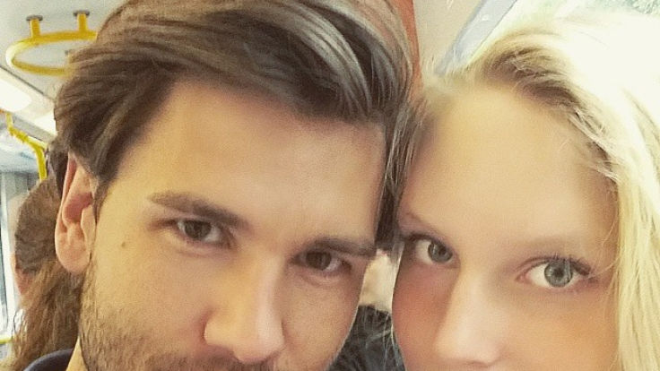 """Ein Selfie aus glücklichen Tagen als Paar: Alexander """"Honey"""" Kühn und Kim Hnizdo. Mittlerweile gehen die beiden getrennte Wege. (Foto)"""
