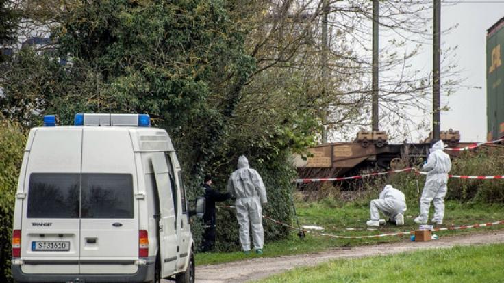 Polizei untersucht Leichenfundort in Tamm: Ersten Informationen zufolge könnte es sich bei der Toten um die seit einer Woche vermisste Katharina K. aus Backnang-Strümpfelbach handeln. (Foto)