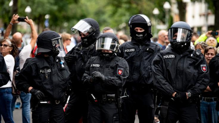 """Die Polizei steht auf einer Demo gegen die Corona-Maßnahmen trotz Demonstrationsverbot. Mehrere Demonstrationen der in Berlin bleiben am Sonntag verboten, darunter eine Kundgebung der Stuttgarter """"Querdenken""""-Initiative. (Foto)"""