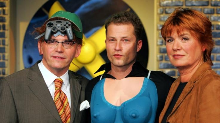 Mit Umschnall-Brust und Joystick-Helm posieren Götz Alsmann, Til Schweiger und Christine Westermann.