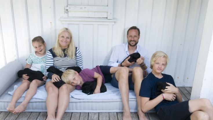 Marius Borg Hoiby (rechts), der älteste Sohn von Kronprinzessin Mette-Marit von Norwegen, ist ein Frauenschwarm schlechthin - doch jetzt hat ihn seine neue Frisur völlig entstellt, wie er selbst findet! (Foto)