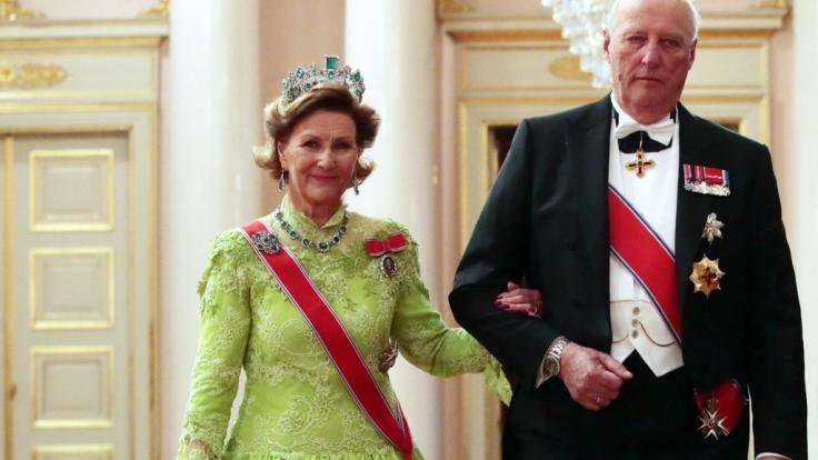 König Harald V. von Norwegen und seine Ehefrau Königin Sonja von Norwegen sind seit 50 Jahren verheiratet - doch um eine Frau aus dem Volk heiraten zu dürfen, musste Harald von Norwegen lange kämpfen.