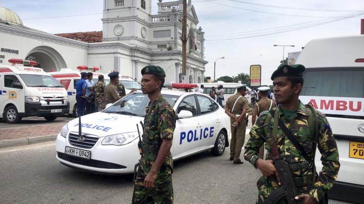 Soldaten der sri-lankischen Armee sichern das Gebiet um den St. Antonius-Schrein nach einer Explosion in Colombo.