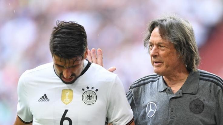 Hans-Wilhelm Müller-Wohlfahrt in seiner Funktion als Mannschaftsarzt des DFB-Teams. (Foto)
