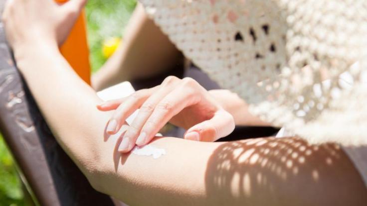 Gute Sonnencreme muss nicht teuer sein - das ergab eine Untersuchung der Zeitschrift