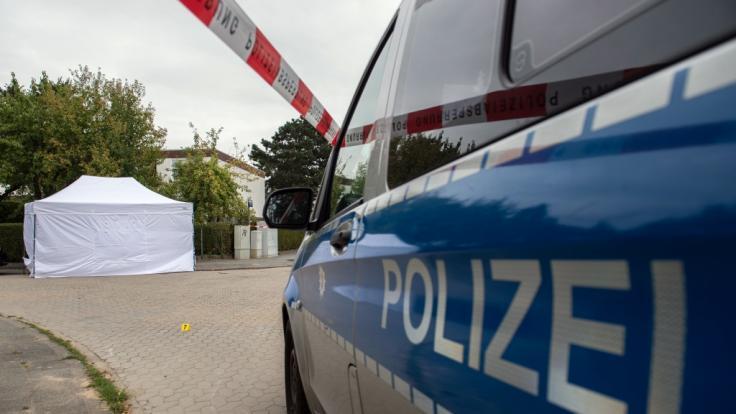 Der Fundort der Leiche wurde verdeckt und abgesperrt. (Foto)