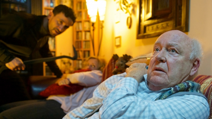 Für ein älteres Ehepaar nimmt das Jahr ein erschreckendes Ende: Sie werden am Silvesterabend Opfer brutaler Räuber.