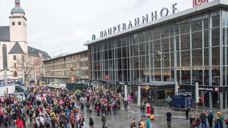 """Die Polizei ist am Montag zu einer """"Großlage"""" am Kölner Hauptbahnhof ausgerückt. Es gab Berichte über Schüsse und Rauch, beides konnte eine Polizeisprecherin zunächst nicht bestätigen. (Foto)"""