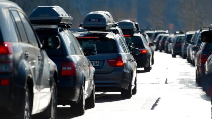 Autofahrer müssen sich Richtung Alpen wieder auf viel Verkehr einstellen. (Foto)
