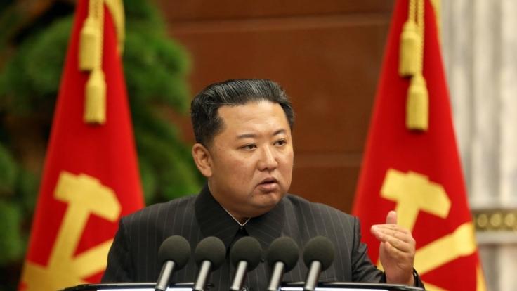 Die Nachrichten des Tages auf news.de: Kim Jong-un News aktuell: Erschlankter Kim als Folter-Knecht entlarvt. (Foto)