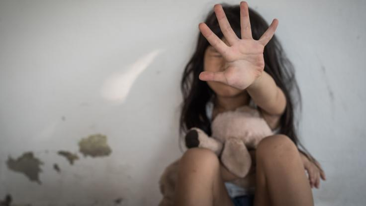 Ein zwölf Jahre altes Mädchen wurde in Indien von drei Männern über einen Zeitraum von zwei Monaten immer wieder vergewaltigt (Symbolbild). (Foto)